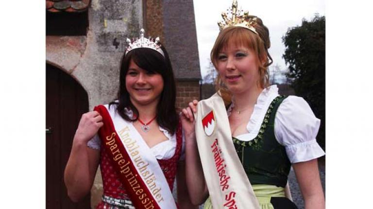 Krönung der Spargelkönigin (rechts) mit Spargelprinzessin