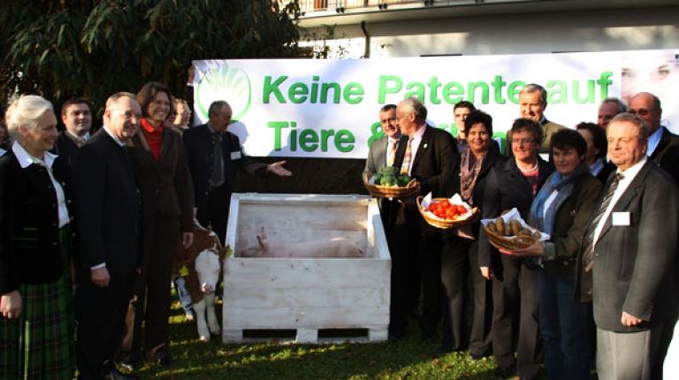 Keine Patente auf Tiere und Pflanzen, das fordern die Delegierten der Landesversammlung des Bayerischen Bauernverbandes von Bundesministerin Ilse Aigner. © BBV