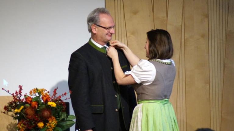 Hans Müller, BBV-Generalsekretär, wurde zum Ehrengrundkursler ernannt.