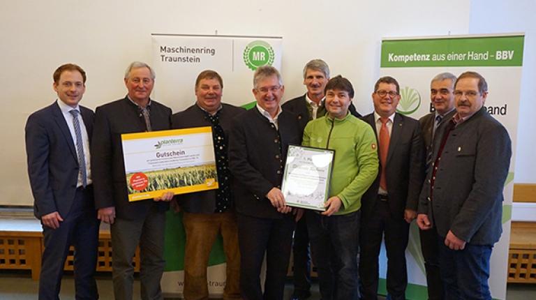 2017 wurden allein über die bayerischen Agrarumweltprogramme zusätzliche Blühflächen auf der Fläche von rund 12.000 Fußballfeldern geschaffen. Dieses Engagement wurde nun ausgezeichnet.