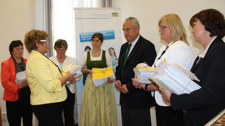 92.745 Unterschriften für das Schulfach Alltags- und Lebensökonomie wurden von den Landfrauen gesammelt.