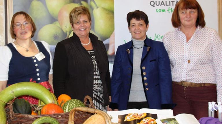 Regionalität ist im Trend - das sagen Helga Brunschmid, Vizepräsidentin der Tiroler Landwirtschaftskammer (2.v.r.), Landesbäuerin Anneliese Göller (2.v.l.) und die Qualität-vom-Hof-Bäuerinnen Elisabeth Doll (li.) und Rita Götz (re.)