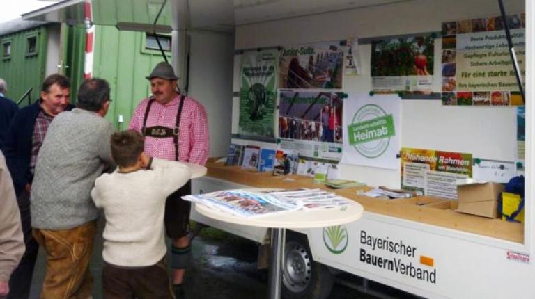 Interessierte Besucher können sich am Infostand des Bauernverbandes über die Leistungen des Verbandes informieren.