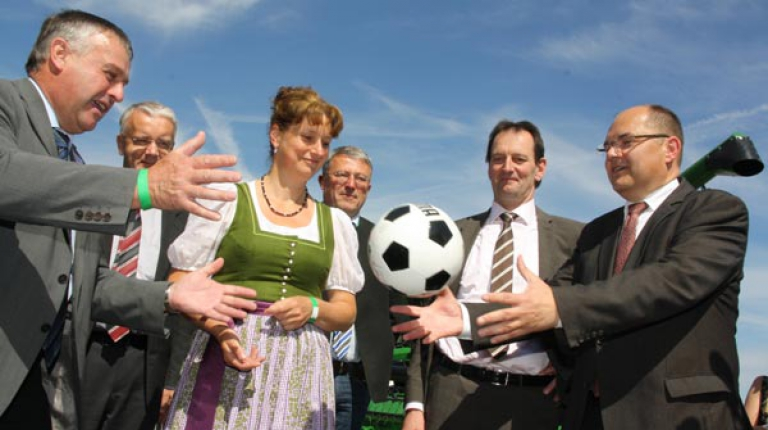 Sie sind am Ball - so spielt Bauernpräsident Walter Heidl den Ball weiter an Bundeslandwirtschaftsminister Christian Schmidt.