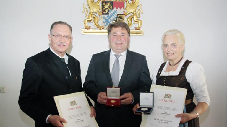 Der langjährige BBV-Präsident Gerd Sonnleitner und Landesbäuerin Annemarie Biechl nahmen von Landwirtschaftsminister Helmut Brunner die Staatsmedaille entgegen.