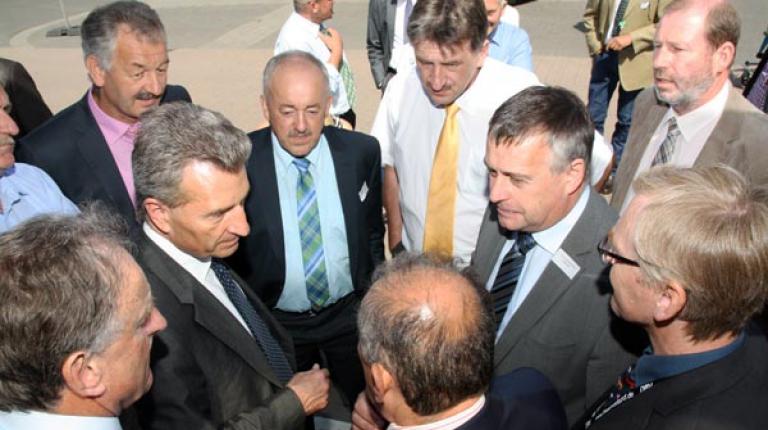 EU-Kommissar Oettinger umgeben von den Bezirks-Präsidenten des BBV, Gerhard Stadler aus Niederbayern, Franz Kustner aus der Oberpfalz, Günther Felßner aus Mittelfranken u. BBV-Vizepräsident und Walter Heidl, BBV-Präsident sowie weiteren Delegierten (v.l.).