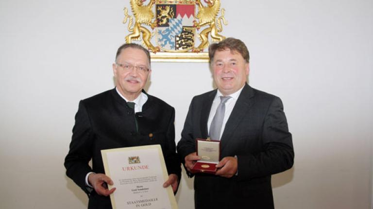 Der langjährige BBV-Präsident Gerd Sonnleitner erhielt von Landwirtschaftsminister Helmut Brunner die Goldene Staatsmedaille.