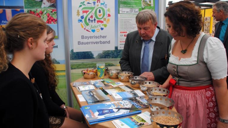 Die Besucher der Niederbayernschau können sich am BBV-Stand informieren und austauschen.