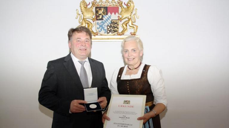 Landwirtschaftminister Helmut Brunner überreicht der ehemaligen Landesbäuerin Annemarie Biechl die Silberne Staatsmedaille.