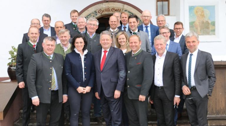 In Alpbach haben die Landesräte, Landesobmänner und Bauernpräsidenten der österreichischen Bundesländer Salzburg, Tirol und Vorarlberg sowie aus Südtirol und Bayern über die Zukunft der Berglandwirtschaft diskutiert.