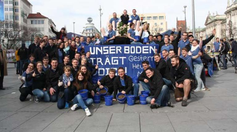 Aktion des 121. Herrschinger Grundkurses in der Münchner Innenstadt.