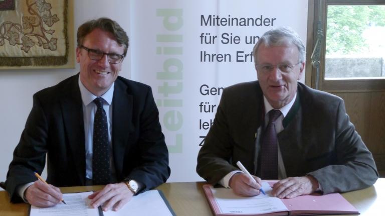 Eine Rahmenvereinbarung für die dingliche Sicherung von Wasser- und Abwasserleitungen unterzeichneten VBEW-Vorstandsmitglied Markus Rauh und Stellvertretender BBV-Generalsekretär Georg Wimmer.