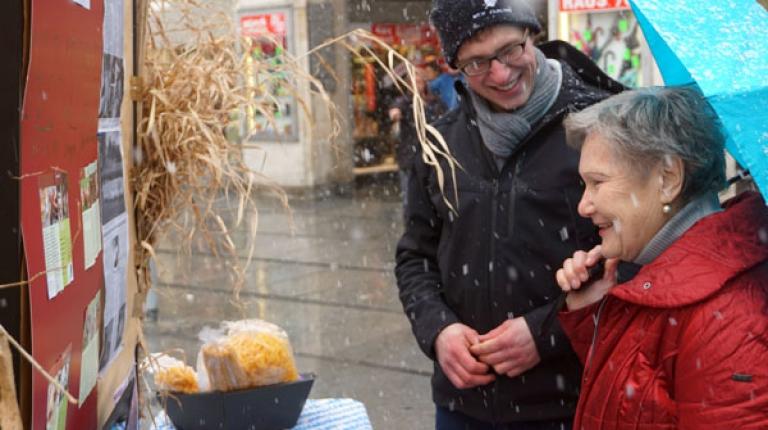 Viele Verbraucher haben sich, trotz des kalten Wetters, an den Ständen der jungen Grundkursler informiert.