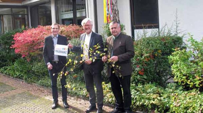 """Zusammen stellen sie die Aktion """"Maibaum für Toleranz"""" vor: Martin Baumgärtner (Bayerische Jungbauernschaft), Landesbischof Dr. Heinrich Bedford-Strohm, Bauernpräsident Walter Heidl."""