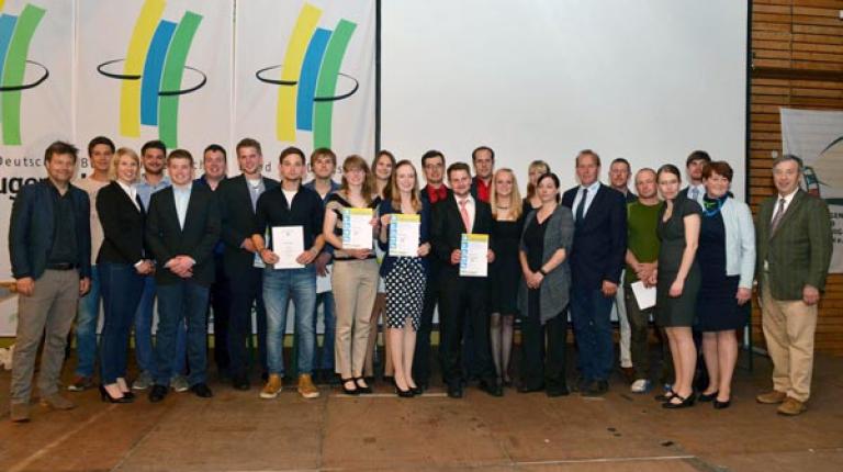 Hier sind alle Sieger des Berufswettbewerb-Bundesentscheides versammelt, unter ihnen die erfolgreichen bayerischen Teilnehmer.