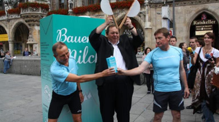 Ottfried Fischer, Schirmherr der Bauernmilch, gab heute auf dem Marienplatz in München den Startschuss für den Staffellauf. Läufer: Walther Pittroff (li.), Reinhold Mayer(re.).
