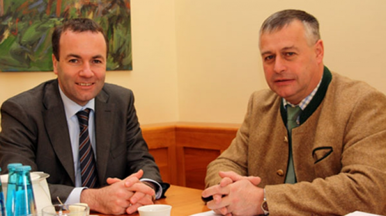 BBV-Präsident Walter Heidl und Manfred Weber, Europaabgeordneter und Bezirksvorsitzender der CSU Niederbayern, bei einem politischen Meinungsaustausch (v.r).