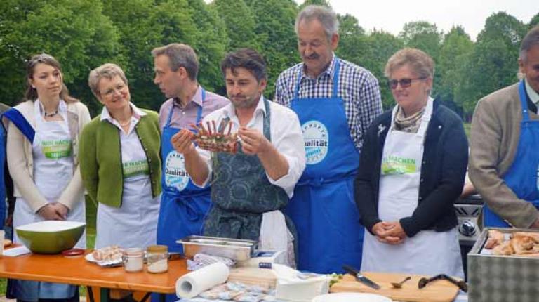"""Unter dem Motto """"Grillen dahoam – Qualität aus Bayern"""" präsentieren die Ehrengäste auch in diesem Jahr wieder verschiedene Grillspezialitäten."""