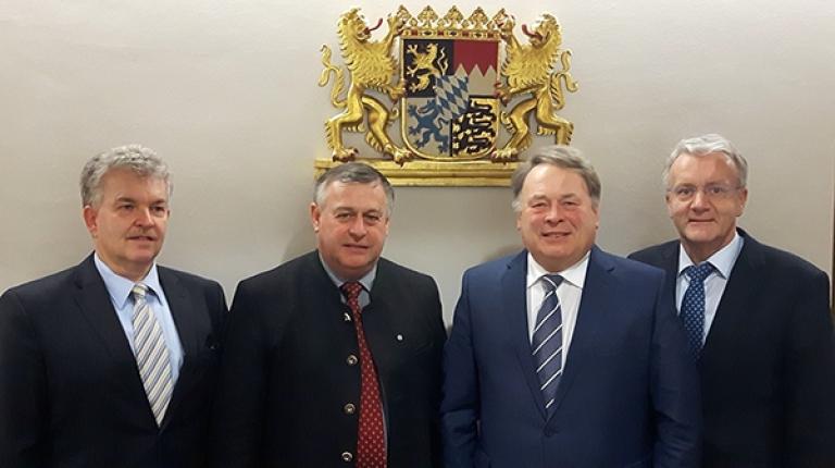 Landwirtschaftsminister Helmut Brunner (2. v. r.) und Bauernpräsident Walter Heidl (2. v. l.) haben sich zusammen mit Amtschef Hubert Bittlmayer (l.) und BBV-Generalsekretär Georg Wimmer zu aktuellen Themen und Problemen ausgetauscht.