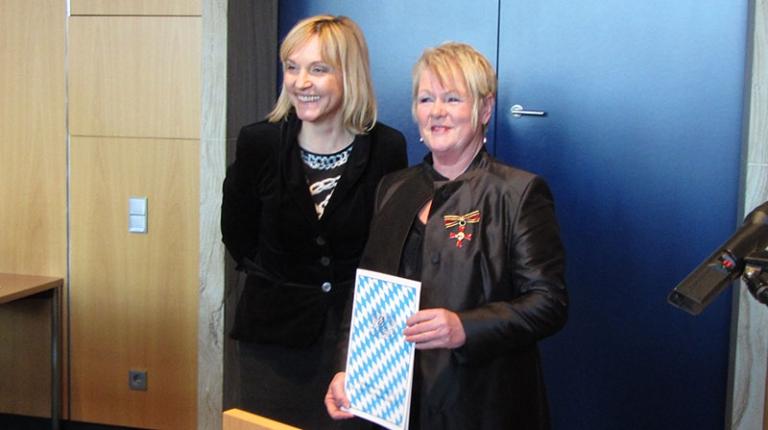 Das Bundesverdienstkreuz überreichte Dr. Beate Merk an Frau Hildegard Mack.