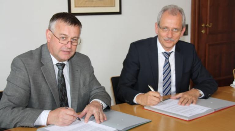 Walter Heidl mit VBEW-Vorsitzendem Norbert Breidenbach bei der Unterzeichnung.