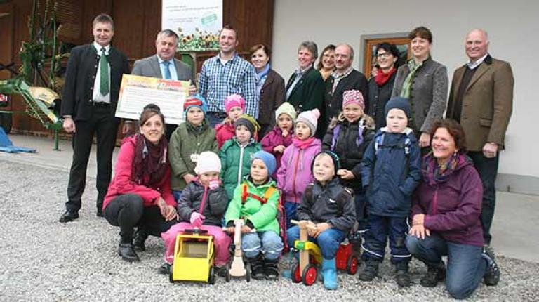 """Familie Rasch mit den Kindern die einen """"Blühenden Rahmen"""" um ein Maisfeld am Ortsrand angelegt haben."""