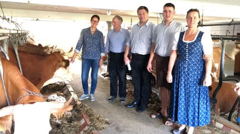 Umstellung mit Förderung: Bezirkspräsident Anton Kreitmair (2. v. l.) und Bezirksbäuerin Christine Singer (l.) zu Besuch bei Familie Höß in Bad Wiessee.