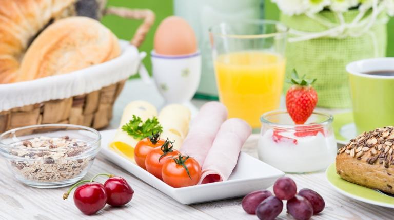Ein reichhaltiges Frühstück am Morgen nach einer Feier soll den Mineralstoff- und Wasserverlust ausgleichen.
