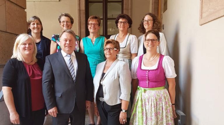 Der Landesvorstand der Landfrauen beim Antrittsbesuch bei Staatsminister Helmut Brunner.