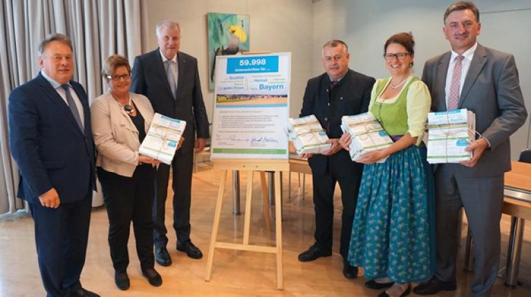 Stolz konnten die BBV-Vertreter die Unterschriften an Landwirtschaftsminister Helmut Brunner, l., und Ministerpräsident Horst Seehofer, 2.v.l., überreichen.