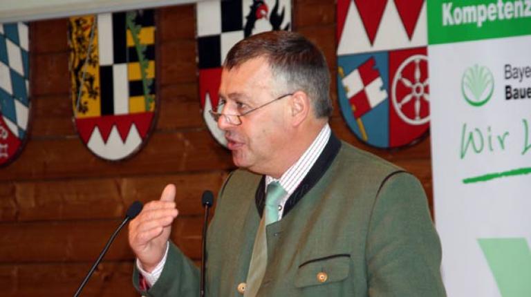 Bei der Kreisehrenamtstagung forderte BBV-Präsident Walter Heidl Staats- und Bundesregierung auf, Flächen zu schützen und Greening praxistauglich zu gestalten.