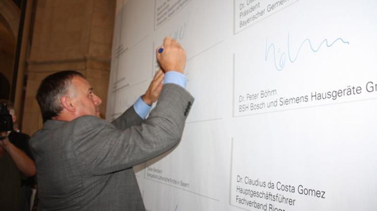 Bauernverband unterzeichnet Energieeffizienzpakt und unterstützt Klimaschutz.