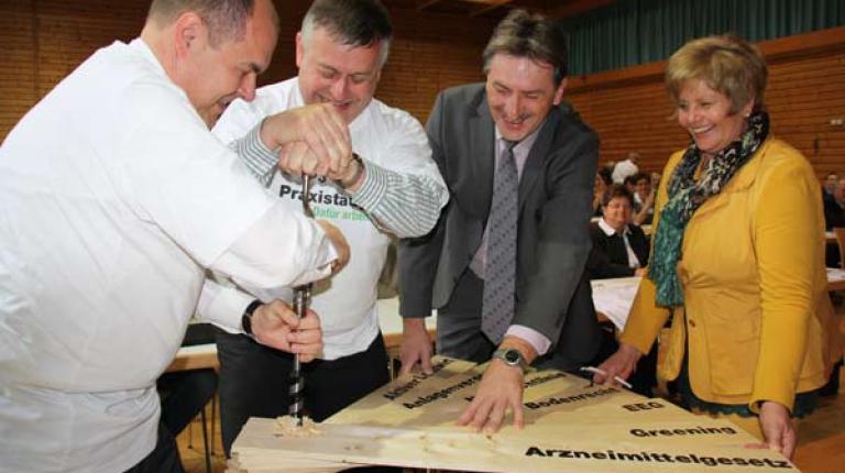 Bundeslandwirtschaftsminister Schmidt und Bauernpräsident Heidl bei der gemeinsamen Arbeit.