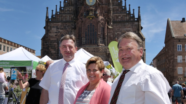 Minister Brunner (r.) mit Landesbäuerin Göller und BBV-Vizepräsident Günther Felßner auf ihrem Rundgang über die Meile.