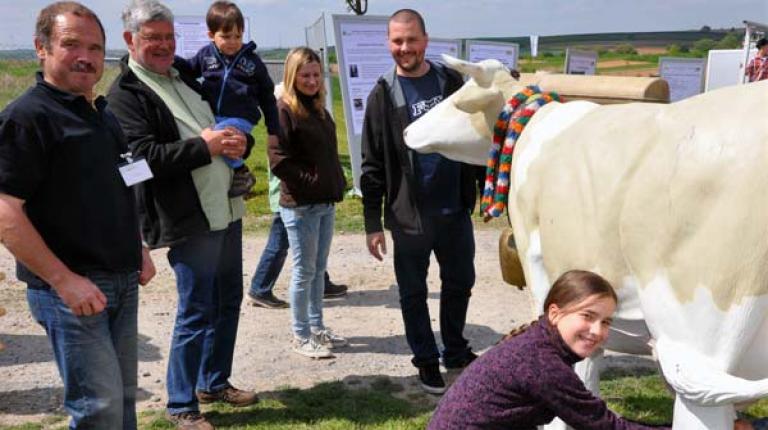 Unter www.tag-des-offenen-bauernhofes.de findet jeder eine Aktion vor seiner Haustür. Die bayerischen Bauernfamilien freuen sich auf viele neugierige Besucher.